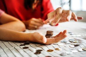 monety w dłoni