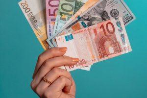 Dłoń trzymająca pieniądze