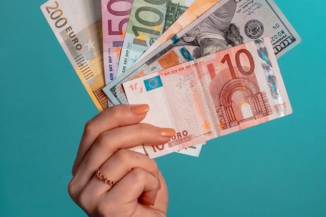 Czym się różni pożyczka od kredytu gotówkowego? Co się bardziej opłaca?