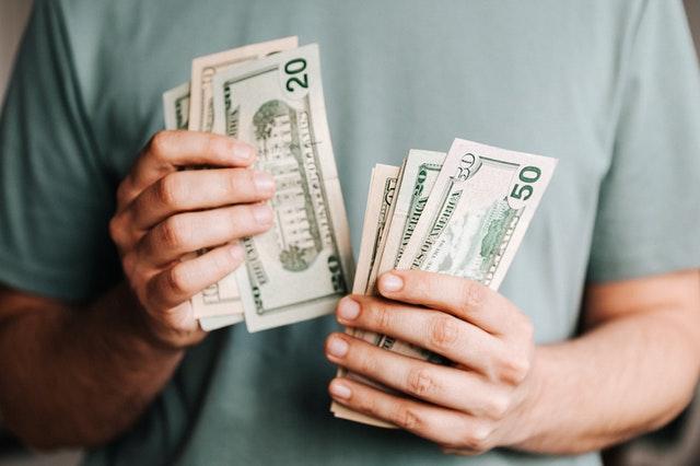 mężczyzna liczący pieniądze